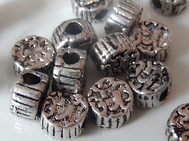 M0222 Tibetaans zilveren tussenkraal 1 st rond plat 11x7 mm