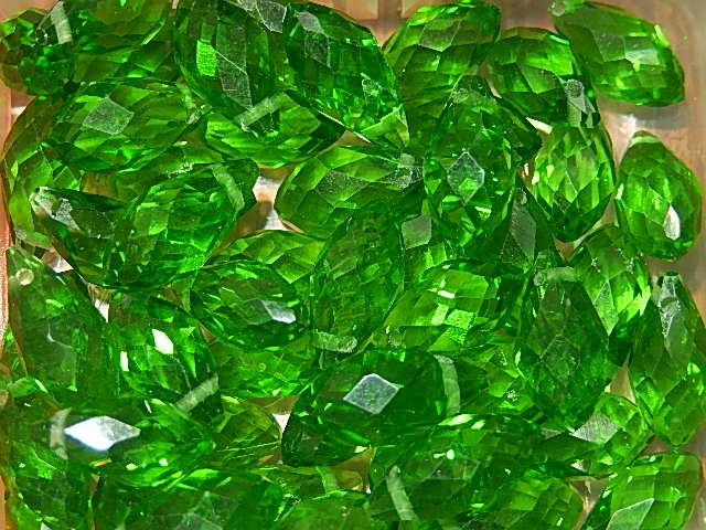 T7009 Tsjechische glaskraal teardrop 12x6 mm facetgeslepen groen